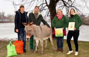 Zoo-Chefin Ingrid Kipping (links) und Tierpfleger Vinzenz Schmid überreichten Adelheid Jankowiak und Lisa Frenzel vom Landhandel Schmölln die Patenurkunde. Eselin Lotte interessierte sich mehr für die Möhren. (Foto: Ronny Seifarth)