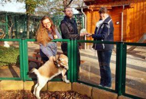 Peter Pelikan und seine Frau Isabella (links) überbrachten die Spende persönlich. Zoo-Leiterin Ingrid Kipping bedankte sich herzlich. (Foto: Ronny Seifarth)